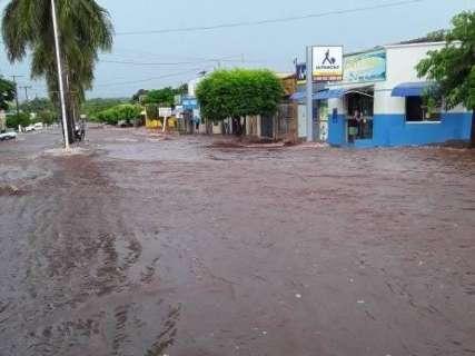 Chuva rápida provoca alagamentos e arrasta veículo no interior de MS