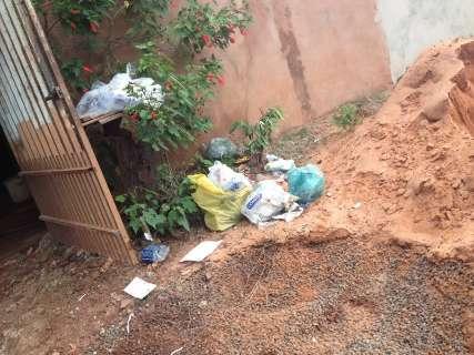 Após queda em buraco, caminhão de lixo não passa mais, diz moradora