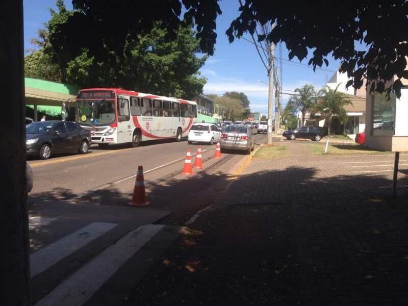 Segundo a leitora, o trânsito vira um caos nos horários de entrada e saída dos alunos. (Foto: Direto das Ruas)