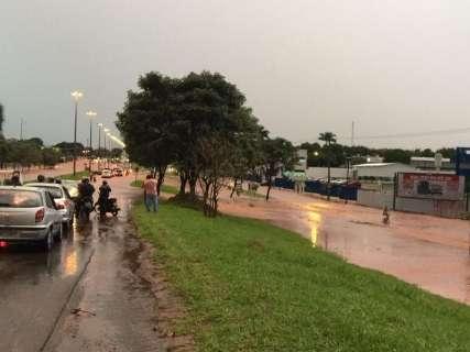 Com chuva, enxurrada em avenida e aguaceiro em ônibus são problemas