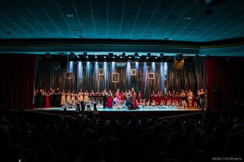 Pedido foi feito no palco, ao final da apresentação do balé Dom Bosco.  (Foto: Marcelo Erick)