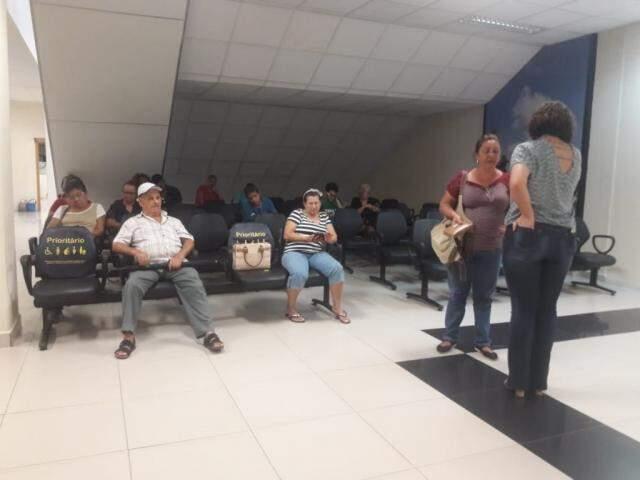 """Clientes esperam ser chamados na sala do Cijus para """"conciliarem"""" as dívidas (Foto: Izabela Sanchez)"""