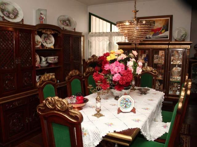 Casa abriga milhares de objetos antigos colecionados por Solange.