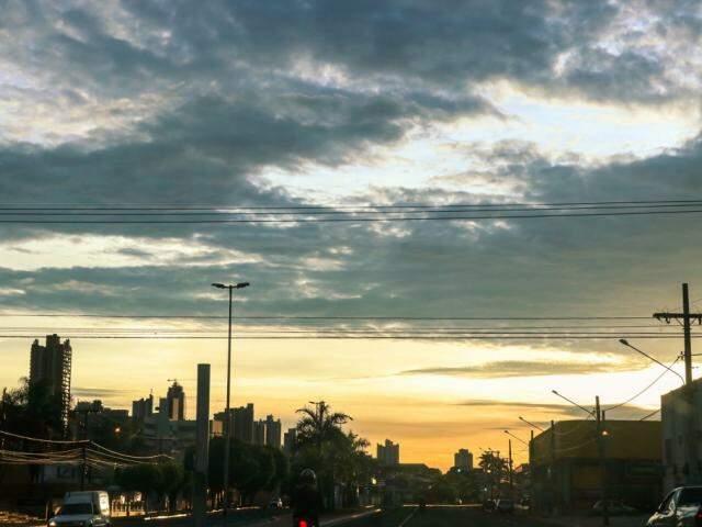 Sol, nascendo entre nuvens no céu de Campo Grande. (Foto: Henrique Kawaminami)