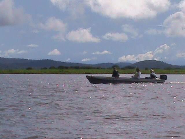 Pescadores no rio Paraguai: lei em aplicação hoje é de 98, mas governo quer que seja reativada a de 2010 suspensa pelo TJ. (Foto: Thiago Pereira)
