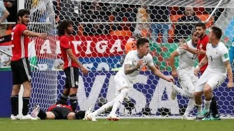 Com gol de zagueiro e Salah no banco,  Uruguai vence Egito na estreia