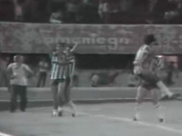 Jones comemora um de seus dois gols marcados sobre o Vasco na histórica noite do óvni (Foto: Reprodução)