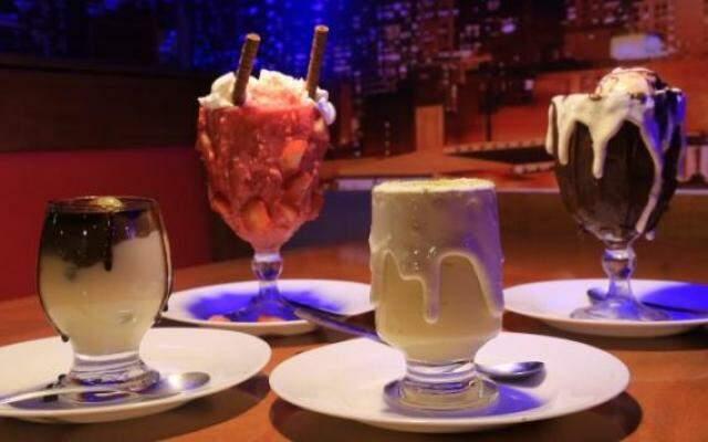 """Agora, lanchonete tem as """"taças sujas"""" com sorvete e sobremesas que são receita de família. (Foto: Alcides Neto)"""