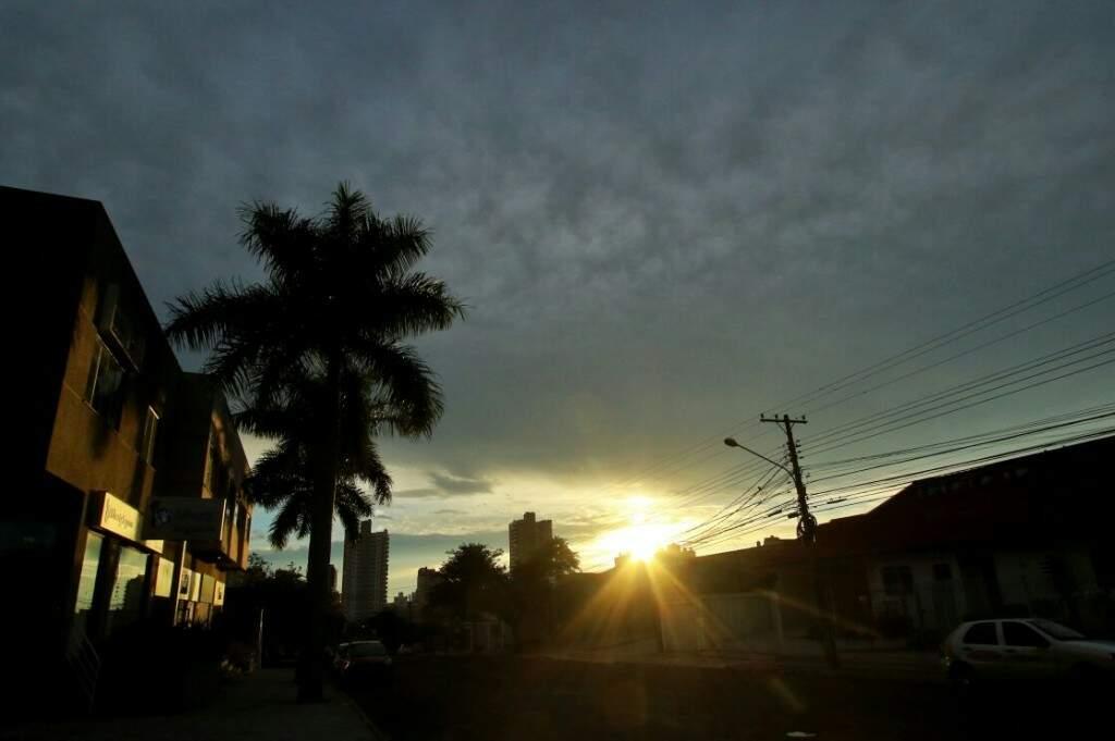 Sol aparece entre nuvens na manhã desta sexta-feira (17) (Foto: André Bittar)