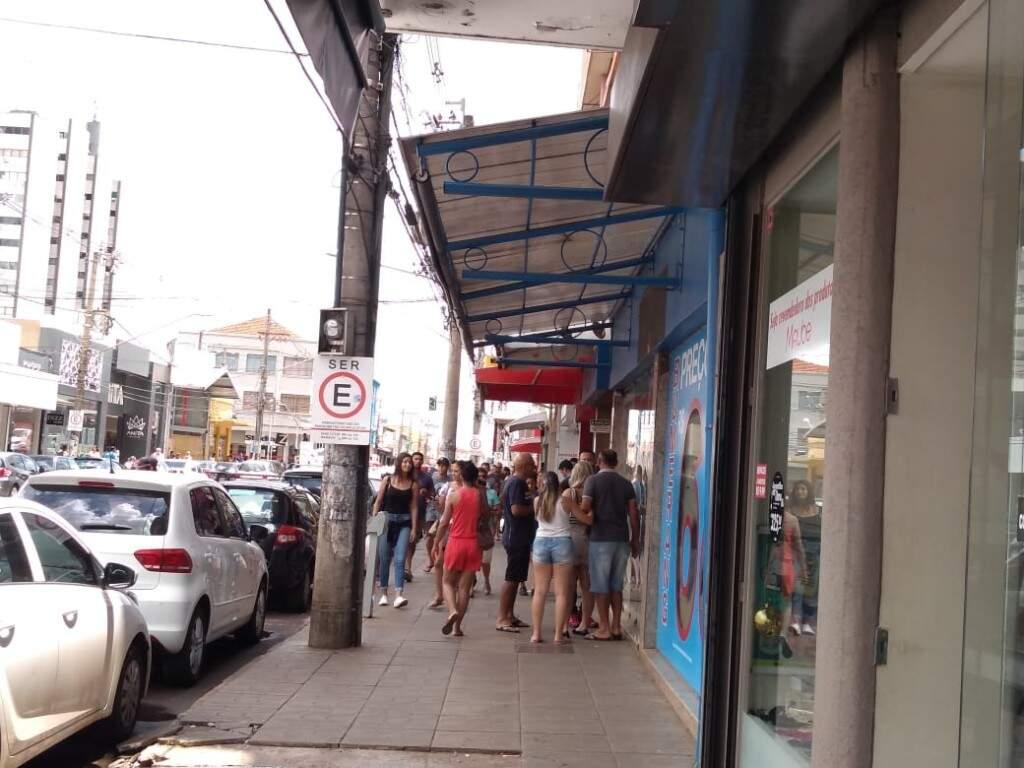 Movimento de consumidores no centro da Capital neste sábado (Foto: Danielle Valentim)