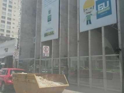Caçamba cheia de areia ocupa vaga destinada a idosos no Centro