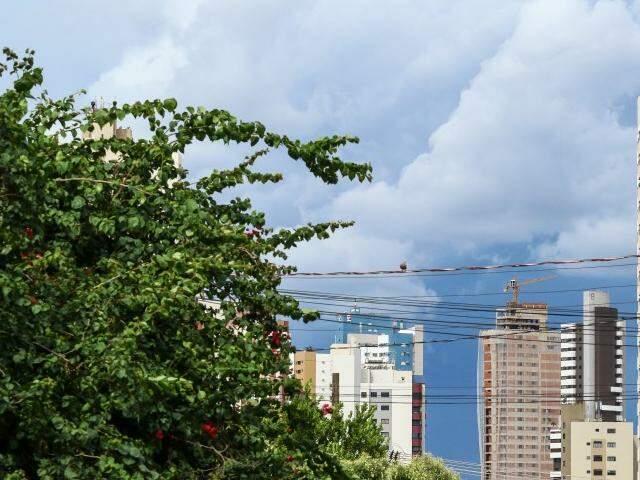 Céu encoberto por nuvens no centro de Campo Grande (Foto: André Bittar)