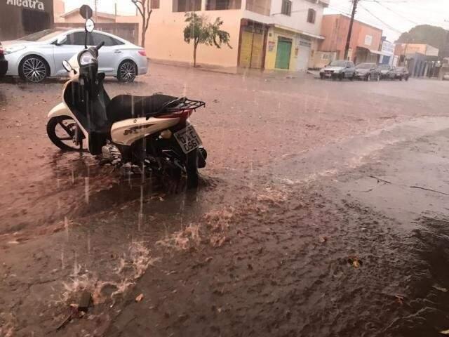Forte chuva na tarde de sábado surpreendeu campo-grandenses; Inpe aponta risco de mais temporais. (Foto: Danielle Valentim/Arquivo)