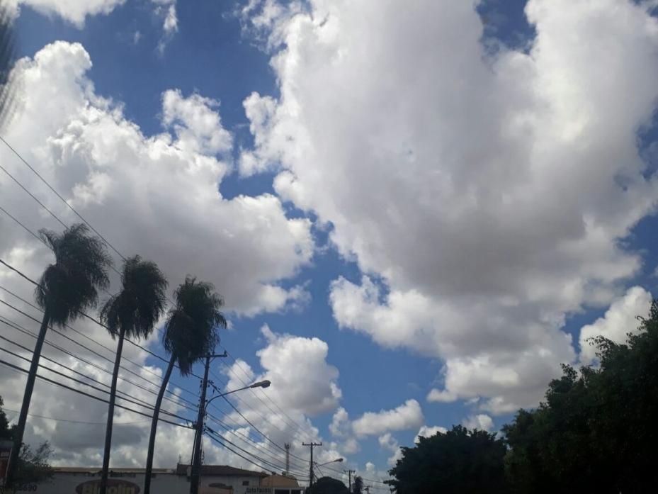 Céu em Campo Grande, com sol entre nuvens, na tarde de hoje (13). Sensação térmica de 36,1ºC. (Foto: Saul Schramm)