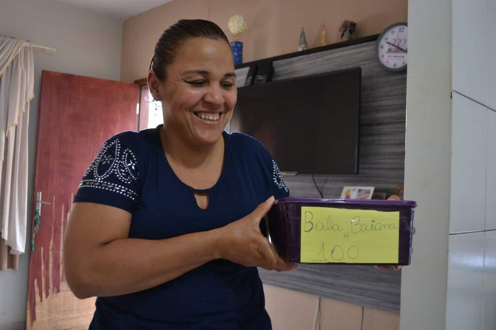 Com a caixinha improvisada, Lucia investe em um novo comércio nas ruas, a venda de bala baiana. (Foto: Thailla Torres)
