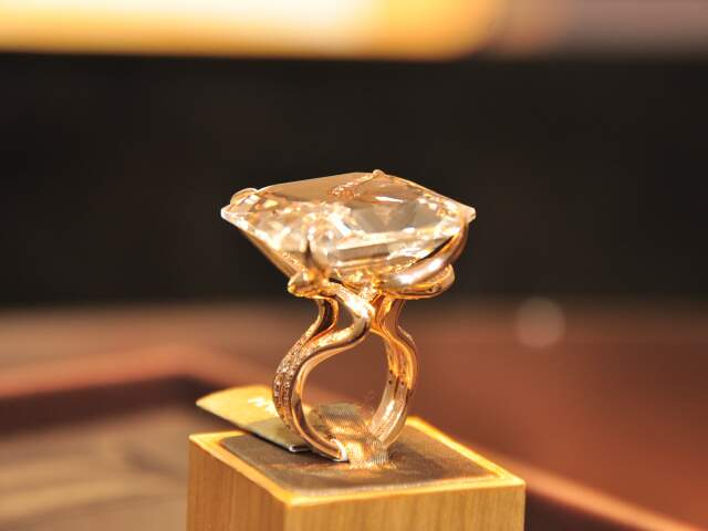 Anel com diamantes e topázio de 100 quilates.