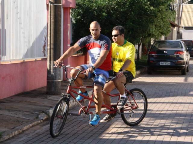 Dupla divide uma bicicleta e anda pra todo lado. (Foto: Marcos Ermínio)