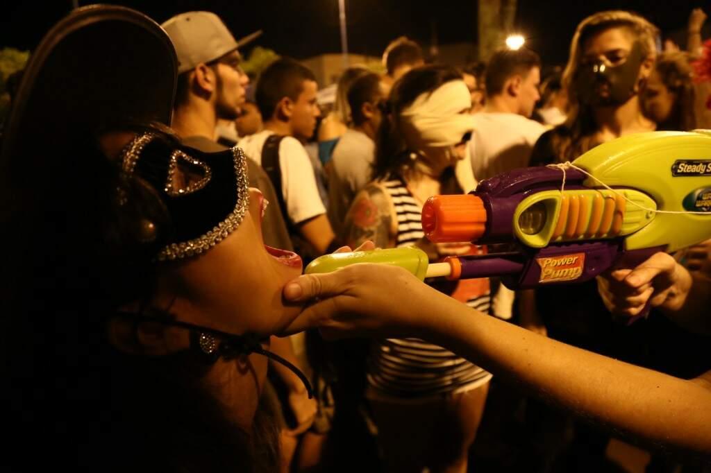 Folia de jovens em bloco de rua no Carnaval passado.