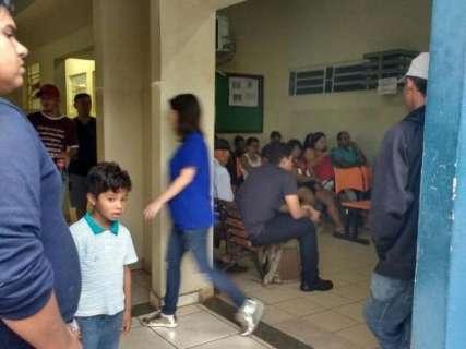 Unidade de saúde lotada e pacientes na espera por atendimento