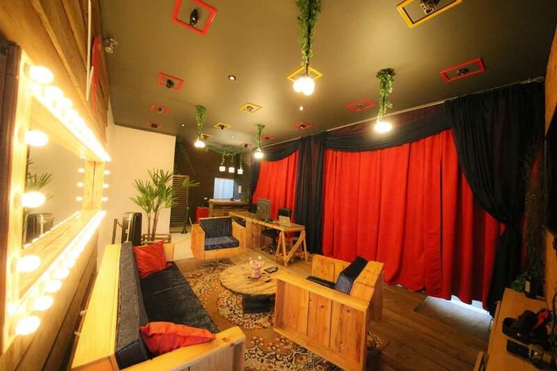 Painel de luzes de camarim e mobiliário de madeira é destaque no estúdio. (Foto: Vision Rec)
