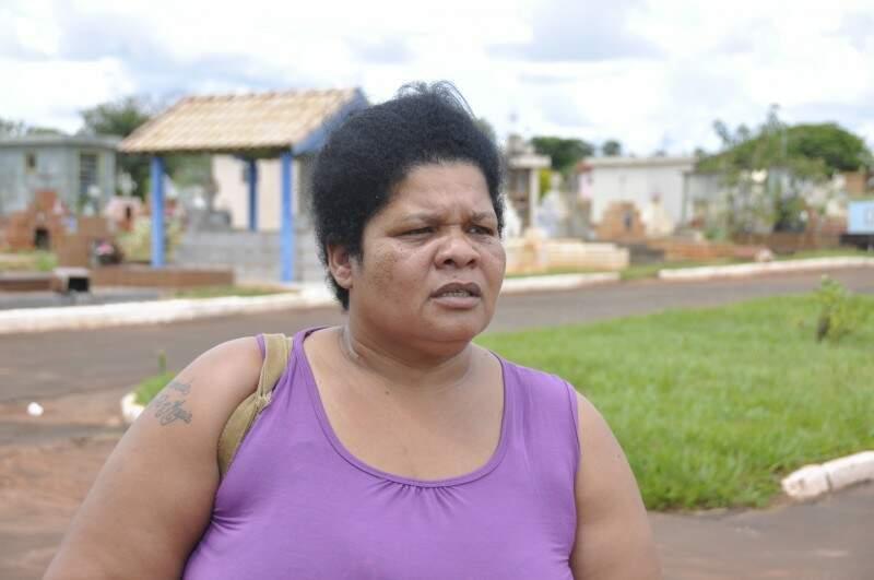 Joana disse que sujeira é uma falta de respeito com familiares de falecidos. (Foto: Marcelo Calazans)