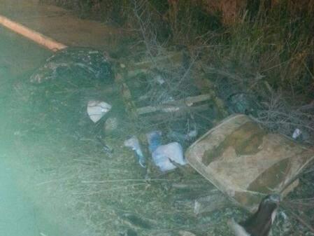Lixo chega a invadir a rua. (Foto: Antônio Pereira Neto)