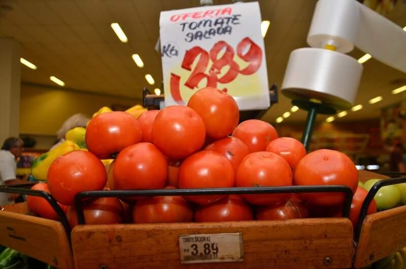 Depois de custar até R$ 9,92, tomate já é encontrado por R$ 3,89 nos supermercados. (Foto: Vanderlei Aparecido)