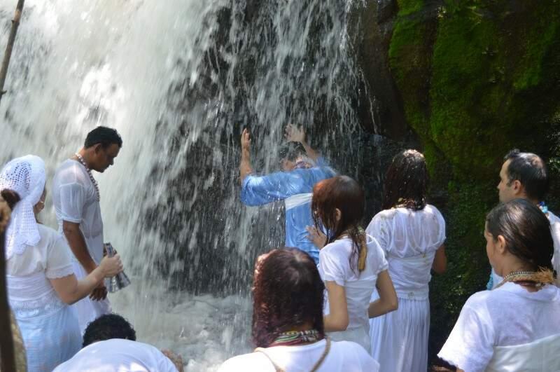 E depois a cachoeira para limpar energias negativas. (Foto: Silas Souza)