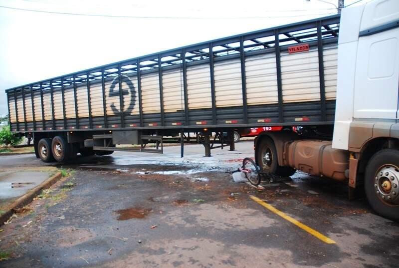 Bicicleta parou embaixo dos pneus da carreta. (Foto:Tiago Apolinário/Da Hora Bataguassu)