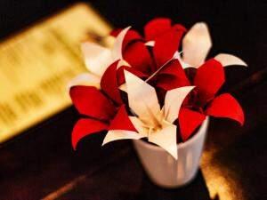 As flores feitas de papel. (Foto: Renan Kubota)
