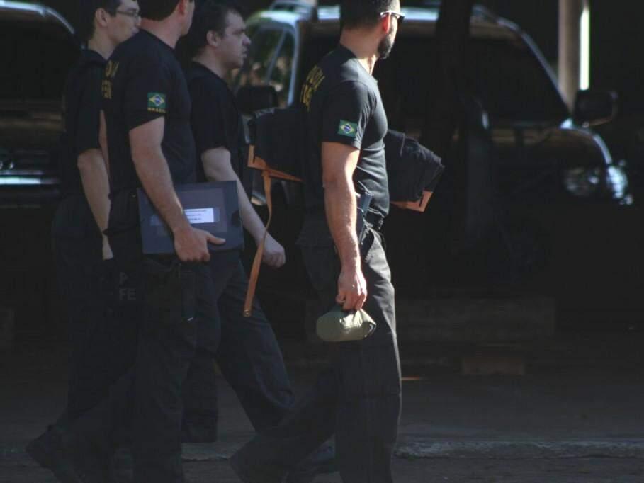 Policias participantes da operação ao chegarem à sede da PF (Foto: Marcos Ermínio)