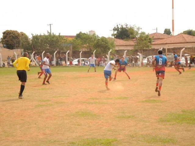 Equipes durante uma das partidas desta manhã (Foto: Paulo Francis)