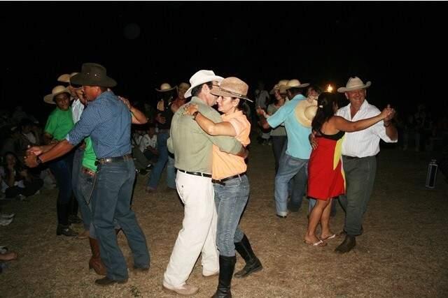 Baile na fazenda.