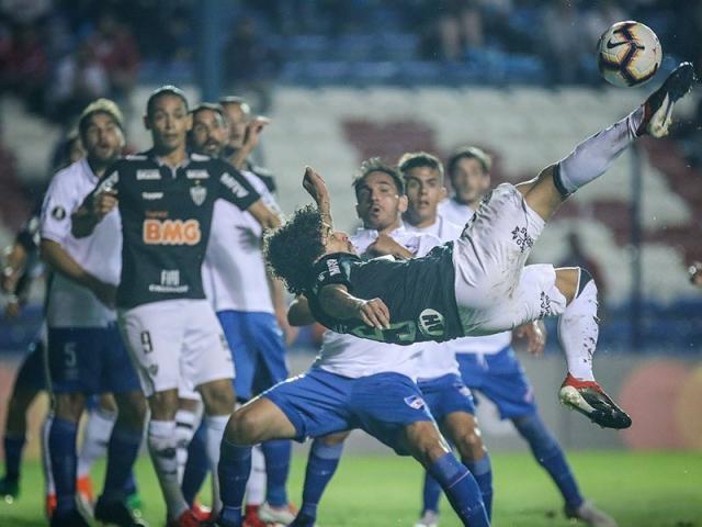 Disputa de bola no jogo desta noite em Montevidéu. (Foto: Bruno Cantini / AtléticoFC)