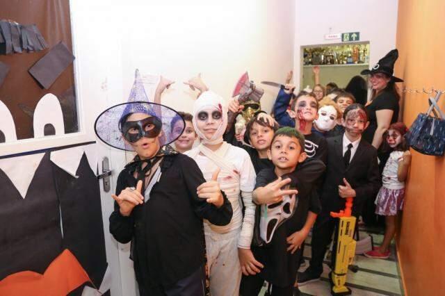 Alunos do Colégio Harmonia fantasiados para o Halloween (Foto: Paulo Francis)
