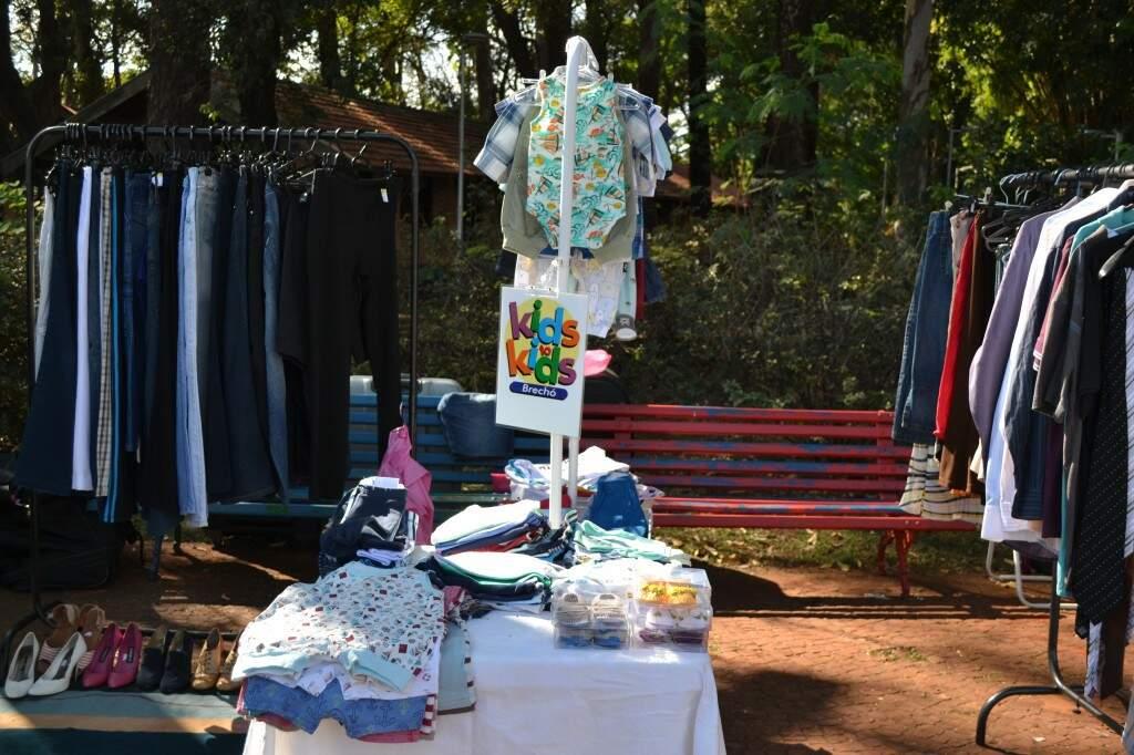 É possível encontrar roupas para todas as idades e tamanhos por preços acessíveis (Foto: Kimberly Teodoro)