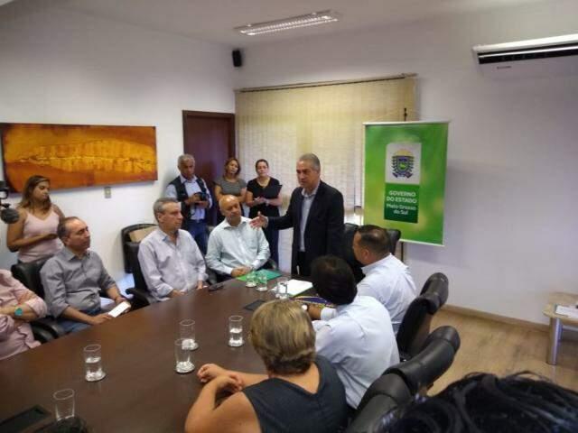 Governador Reinaldo Azambuja (PSDB) durante assinatura de parcerias, no seu gabinete (Foto: Leonardo Rocha)
