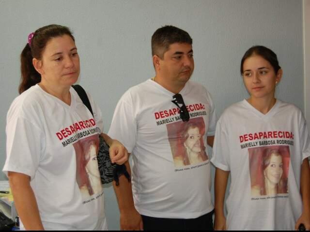 Irmã de Marielly (terceira da esquerda para a direita) em 2011 quando a moça ainda estava desaparecida (Foto: Arquivo)