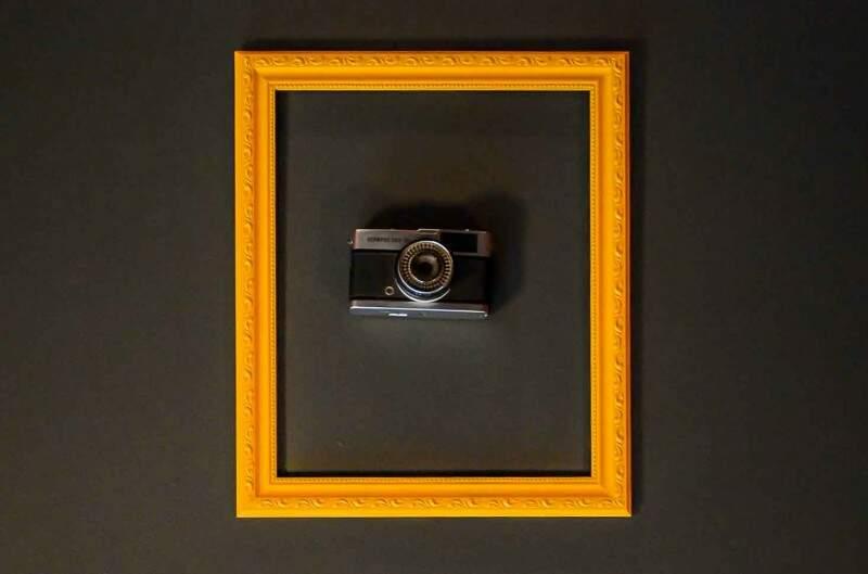 """Uma das 15 câmeras """"emolduradas"""" do teto. (Foto: Vanessa Tamires)"""