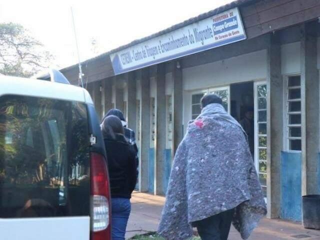 Morador de rua recolhido entra no Cetremi. (Foto: Henrique Kawaminami)