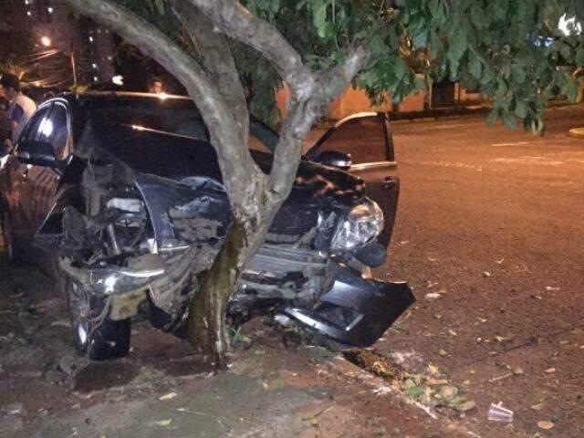 Parte frontal do Corolla ficou completamente destruído. (Foto: Direto das Ruas)