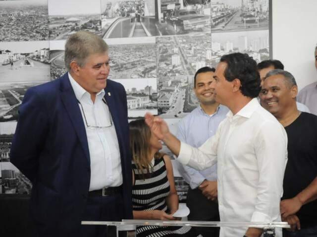À esquerda, ministro Carlos Marun, durante agenda com o prefeito Marquinhos Trad.(Foto: Paulo Francis).