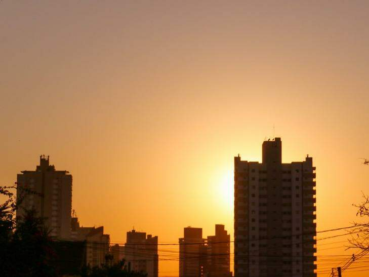 Sol já brilha forte no Jardim dos Estados, na Rua da Paz, em Campo Grande (Foto: Henrique Kawaminami)