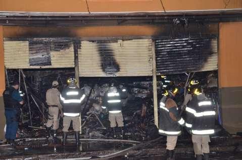 Combate a incêndio em loja no centro mobilizou 12 viaturas e 40 bombeiros
