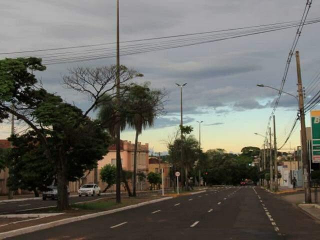 Terça-feira amanheceu com céu parcialmente nublado, mas será de calor e possibilidade de pancadas de chuva isoladas em Campo Grande. (Foto: Marina Pacheco)