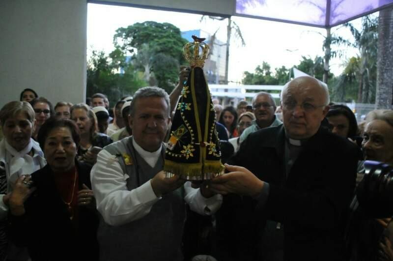 O arcebispo Dom Dimas Lara Barbosa e o bispo Dom Mariano Danecki levaram a imagem da santa ao altar (Foto: Alcides Neto)