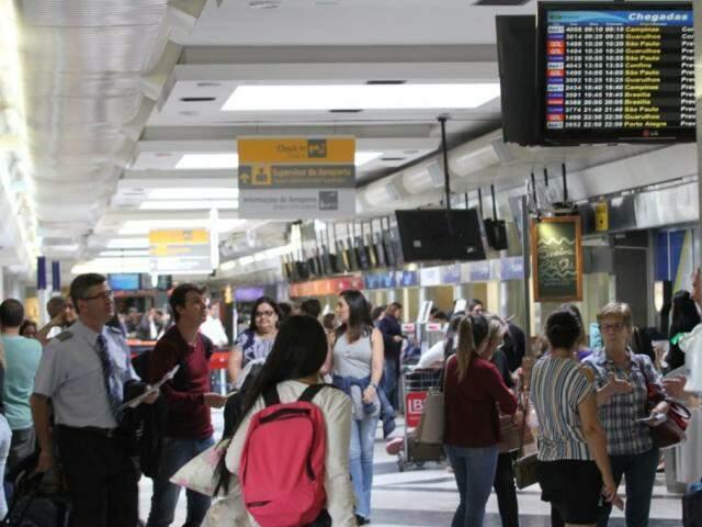 Movimento no saguão do aeroporto nessa quinta-feira (Foto: Saul Schramm)
