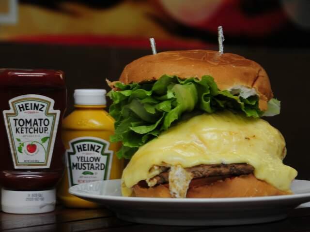 Não tem como não se impressionar com tamanho do sanduíche. (Foto: Rodrigo Pazinato)