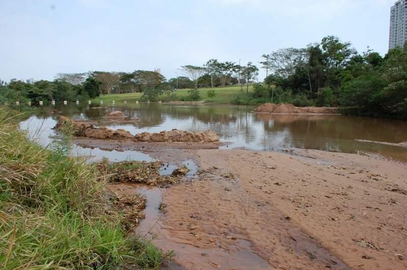 Um das funções dos lagos é, justamente, de segurar a areia para evitar o assoreamento no córrego do Prosa. (Foto: Simão Nogueira)