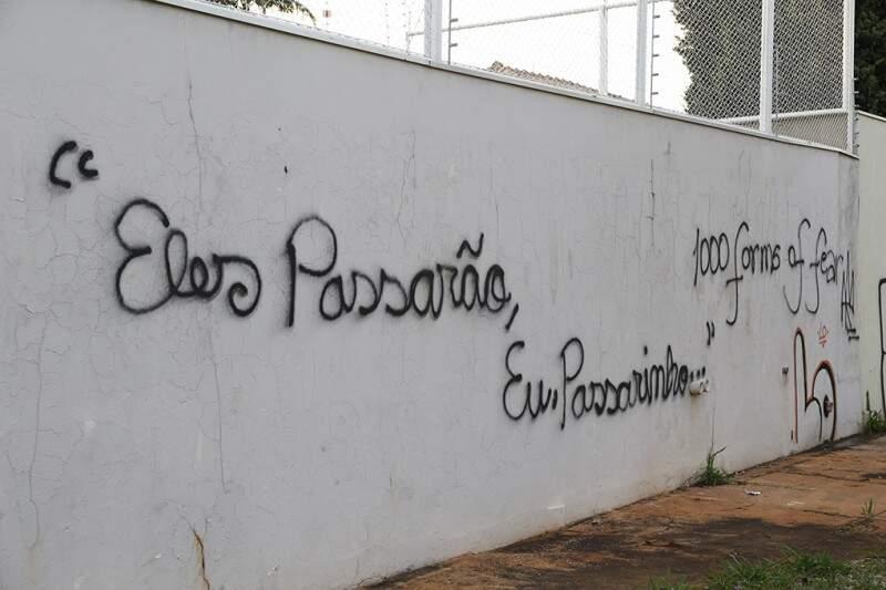 Trecho de poema de Mario Quintana propõe reflexão na Praça Portugal em frente ao Estoril (Gerson Walber)